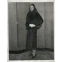 1932 Press Photo Sarah Woodward Models Mink Coat During Fashion Show