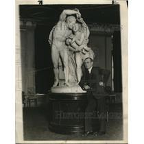 1929 Press Photo Benjamin Wise in front of Statue - nee30642