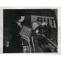 1939 Press Photo Berenice La Portes presents the safety award to Charles Stitch