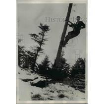 1938 Press Photo Charles Thomason repairs the telephone life line - nee25083