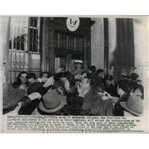 1956 Press Photo The Hungarian Refugees at the U.S. Consulate entrance