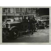 1934 Press Photo A taxi-driver of Paris confide his troubles while on bay blvd