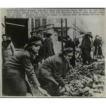 1947 Press Photo Men & women of Superior School help in cleaning streets, Poland