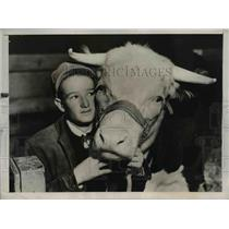 1937 Press Photo Boy Eugene Berry & Pet Hereford Steer - nee36822