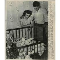 1947 Press Photo Mr. and Mrs. Robb with their daughter Carolyn - nee32330