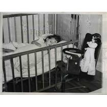 1947 Press Photo Carolyn Robb dying of cancer, lays in bed, Decatur, Illinois