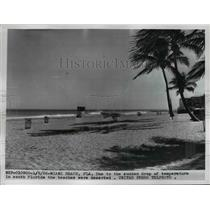 1956 Press Photo Deserted Beach In South Florida Due Ro Temp Drop - nee36759