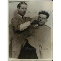 1931 Press Photo Barber Charles H. Riggs Shaves Reporter