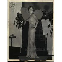 1933 Press Photo Mrs William H Warburton Wearing Fall Gown of Gold Lame