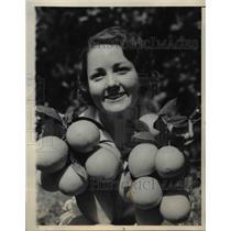 1933 Press Photo Louise Bennett Orange Picking Champion in Covina California