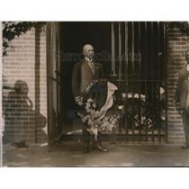1920 Press Photo Lord Ratherdeadan places wreath at Mount Vernon