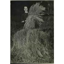 1937 Press Photo Marjorie Iddings holding hay - nee35308