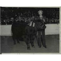 1933 Press Photo Famer James Padgett w Aberdeen Angus Steer - nee36699