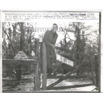 1958 Press Photo Angeline Cleitt Guards Entrance to Eneri near Waller Texas