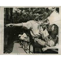 1947 Press Photo Japanese Father with Children at Zoo in Tokyo Japan - nee43569