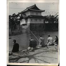 1947 Press Photo Tokyo Japan Japanese anglers fish in moat of Imperial Palace.