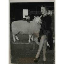 1936 Press Photo Barbara Cresser with Kentucky Pride A Cheviot Lamb - nee38085