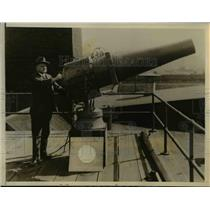 1927 Press Photo The long range searchlight gun perfected by W. D' Arcy