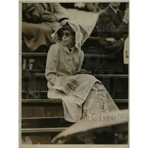1938 Press Photo Forest Hills NY Tennis fan made up her mind to sit out rain.