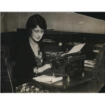 1926 Press Photo Juanita Haribrook of Bedford Ohio types a letter