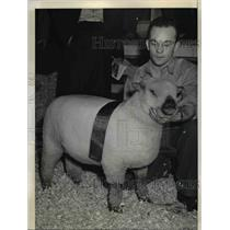1941 Press Photo Eric Dennis with Shropshire sheep, Penn State College