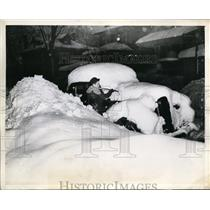 1945 Press Photo Buffalo Snow Storm Joe Barlow Trying to Clean Off Car