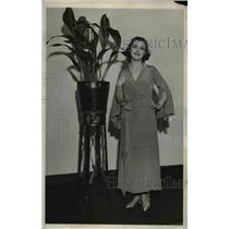 1932 Press Photo The tailored woman in a lovebird green negligee with collar.