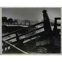 1935 Press Photo Photo shows part of wreckage of Sanjyo Bridge in Myoto
