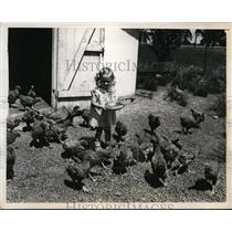 1940 Press Photo Marlin Kramer age 2 feeds chickens at Willkie farms