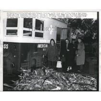 1957 Press Photo Fargo Dakota, Tornado Victims Carry Food And Coffee, Red Cross