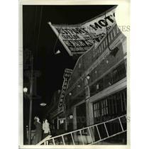 1940 Press Photo John Hampton & Helen Gallagher Inspect Signs That Were Torn Off