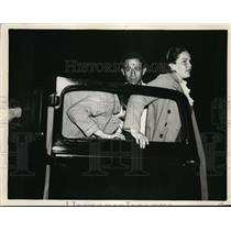 1936 Press Photo Stanley Smith, Women Get out of Car - nee48895