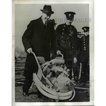 1941 Press Photo London An effective firehouse pump mounted on wheelbarrow.