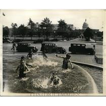 1931 Press Photo Kids Playing in Union Station Fountain Washington DC