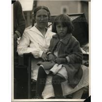 1929 Press Photo Mrs JA Calentine & small pox child evicted in NC - nee50102