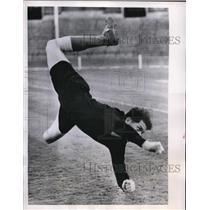1956 Press Photo London Bulgarian goalie Yossifov at practice - nes28624