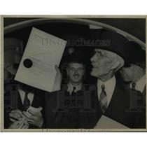 1938 Press Photo Townsend with Award & Reporters - nee50638