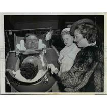 1943 Press Photo Fred B.Snite in Iron Lung and his wife Teresa and Child Pinky.