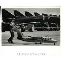 1986 Press Photo Lou Chaki Pushes Art Scheider's Model Aero Commander