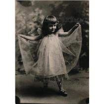 1920 Press Photo charming little girl in a gauzy frock