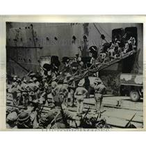 1942 Press Photo US troops arrive in India aboard transport ship. - nee58154