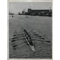 1934 Press Photo U of Calif varsity crew wins vs Washington U on Oakland Estuary