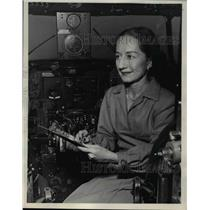 1945 Press Photo Edna Piercy a drafts person for Pan American World Airways