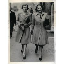 1941 Press Photo Margaret Plenty and Muriel Collins first women allowed on floor