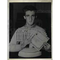 1942 Press Photo Jeremiah Coughlin with his seventeen $100 war bonds
