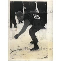 1932 Press Photo Lloyd W Gunther speed skate in 880 yards vs Irv Jaffee
