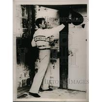 1930 Press Photo Karsina Island England Mickey Walker trains for bout