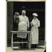 1923 Press Photo Dr Cy De Fry & nurse with a baby lion cub - nex82429