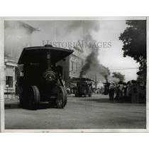 1932 Press Photo Thresing engines pass thru Pinckneyville Illinois