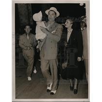 1935 Press Photo Bixer Jack Dempsey, wife Hannah & baby Joan - nes30911